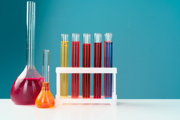Verrerie de laboratoire chimique avec divers liquides colorés sur une table