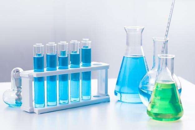 Verrerie médicale de science-chimique dans le laboratoire de recherche pour le papier peint de concept de sci