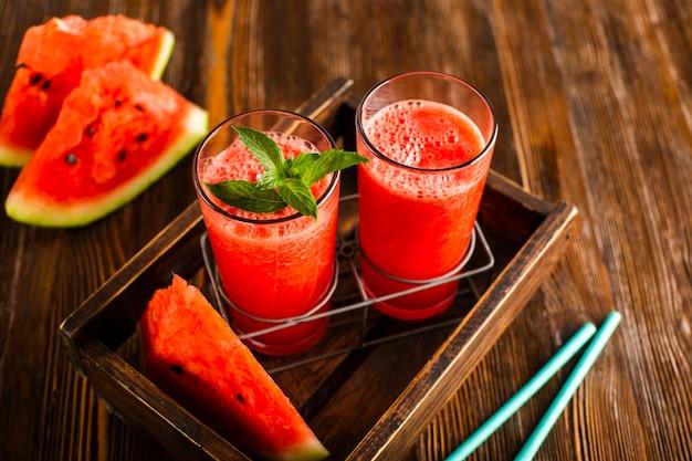 Verres à angle élevé dans un porte-gobelet avec jus de melon d'eau