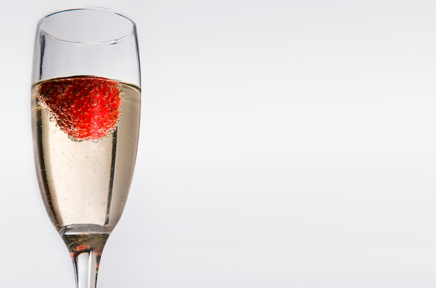 Verres au vin blanc et à la fraise