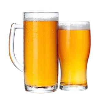 Verres à bière complet bouchent isolé sur blanc