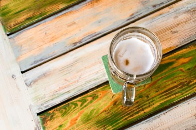 Verres de bière légère sur fond de pub