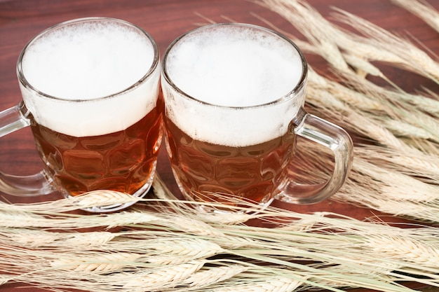 Verres de bière avec de la mousse