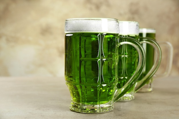 Verres de bière verte sur fond gris. fête de la saint patrick
