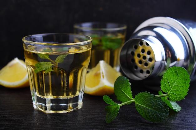 Verres de boisson alcoolisée au citron et à la menthe, shaker