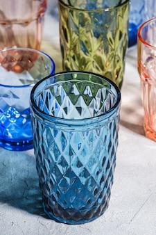 Verres à boisson colorés à facettes et géométriques