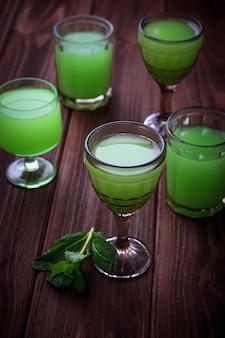 Verres de boisson verte à la menthe