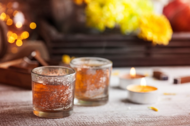 Verres avec des bougies allumées et théière