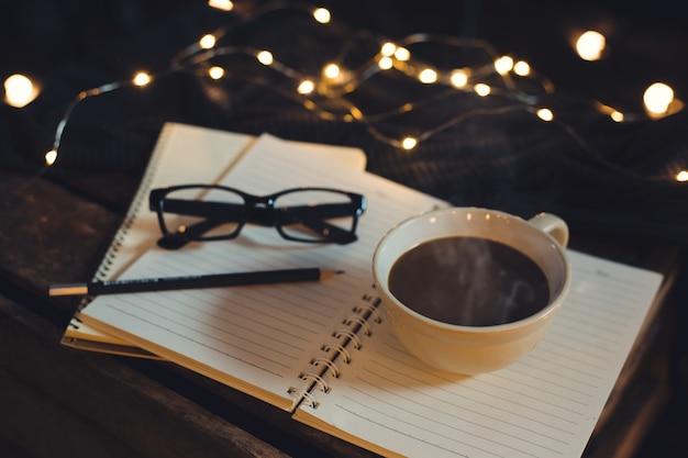 Les verres et le café sont placés sur le cahier.