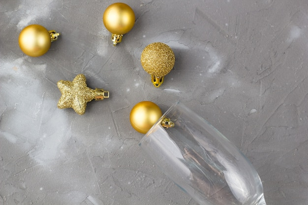 Verres à champagne avec boules dorées et étoiles