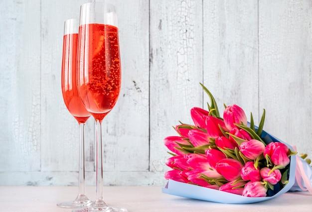 Verres de champagne avec bouquet de tulipes