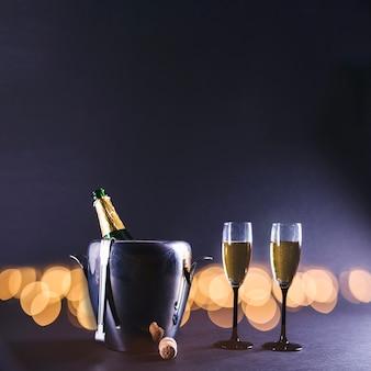 Verres de champagne avec une bouteille dans un seau