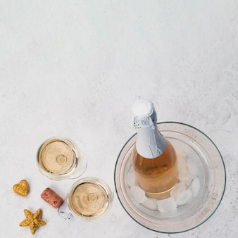 Verres à champagne et bouteille avec espace de copie