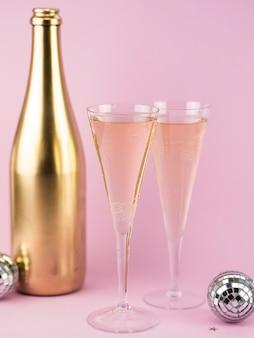 Verres de champagne avec une bouteille d'or