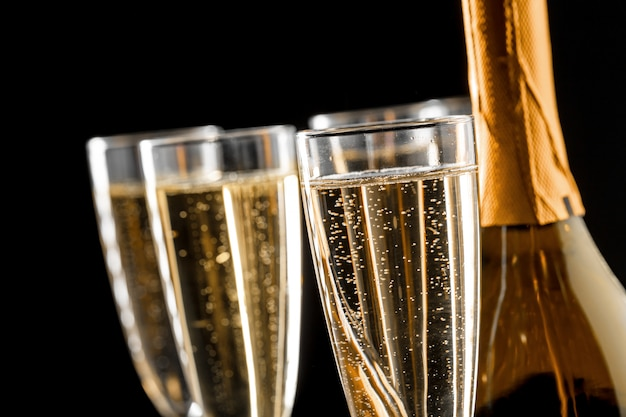 Verres de champagne avec la bouteille