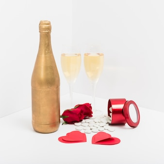 Verres à champagne avec des coeurs en papier