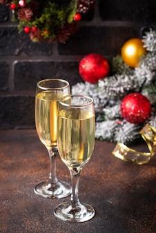 Verres de champagne avec décoration de noël