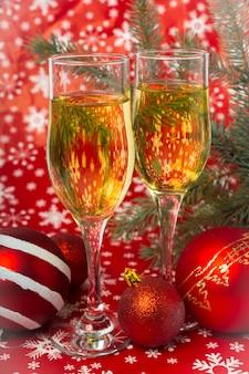 Verres de champagne et décorations de noël