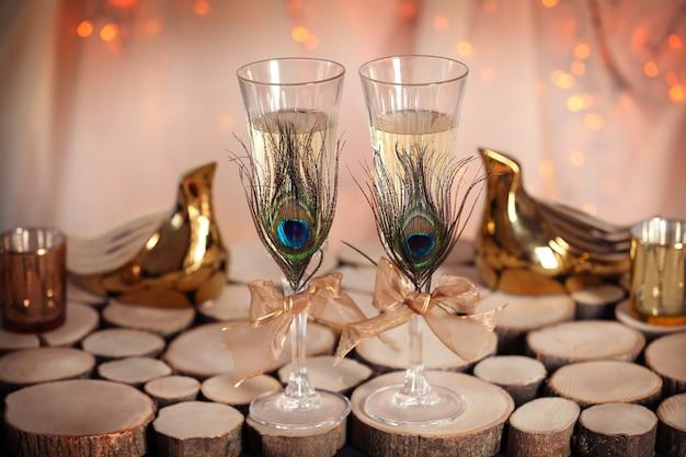 Verres à champagne décorés pour mariage sur table