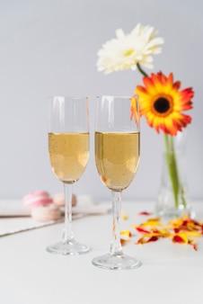 Verres à champagne entourés de fleurs