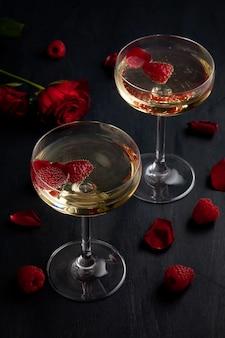 Verres de champagne festifs aux framboises