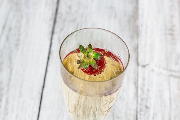 Verres à champagne et fraises
