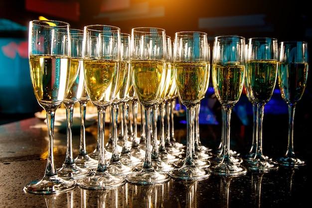 Verres de champagne lors d'un événement.