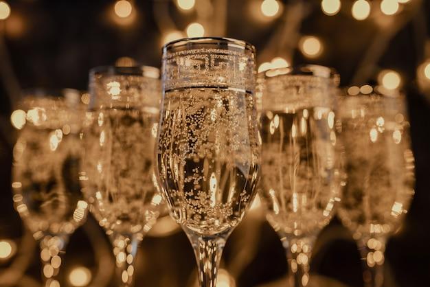 Verres de champagne avec des lumières