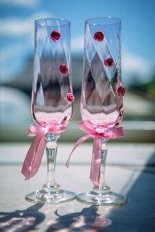 Verres à champagne de mariage décorés de rubans roses et de fleurs