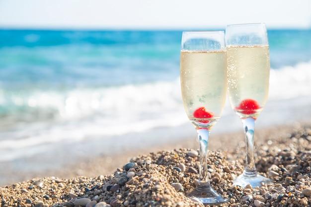 Verres à champagne sur la mer. copier l'espace