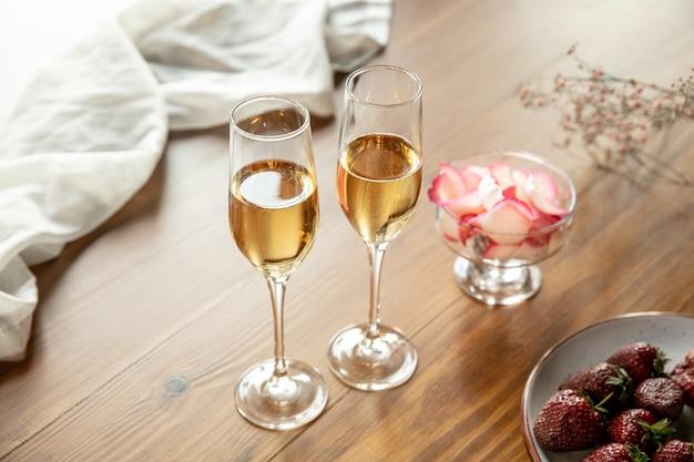 Verres de champagne mousseux bouchent