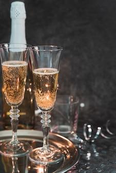 Verres à champagne mousseux sur un plateau