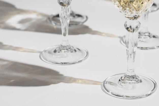 Verres de champagne avec des ombres