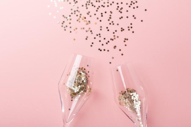Verres à champagne et paillettes