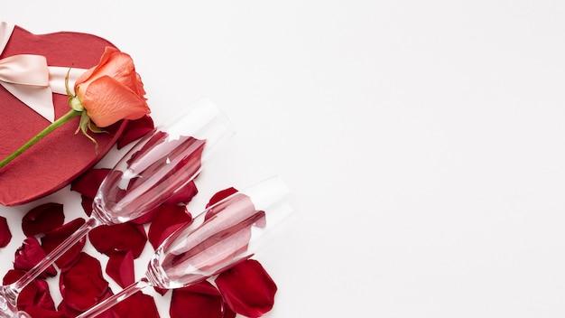 Verres de champagne à plat sur fond blanc avec espace de copie