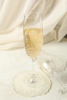 Verres à champagne et résine époxy