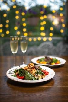Verres de champagne et salades sur bokeh