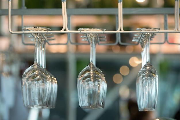 Les verres à champagne sont parfaitement propres accrocher dans les supports sur le bar comptoir