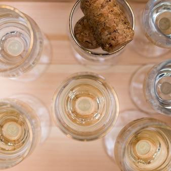 Verres de champagne sur une table en bois à l'extérieur