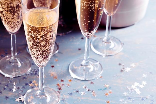 Verres de champagne sur la table