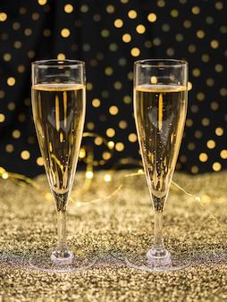 Verres de champagne sur textile doré