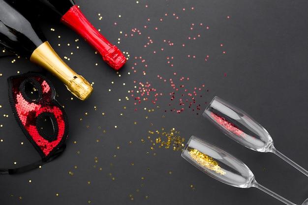Verres à champagne vue de dessus avec des paillettes
