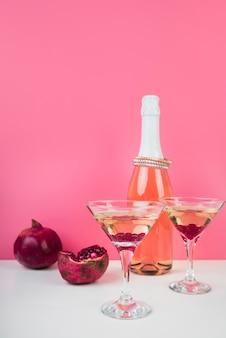 Verres à cocktail à la grenade sur la table