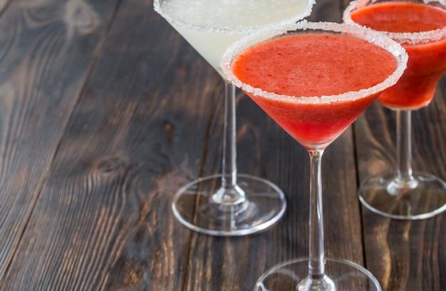 Verres de cocktail margarita au citron vert et aux fraises