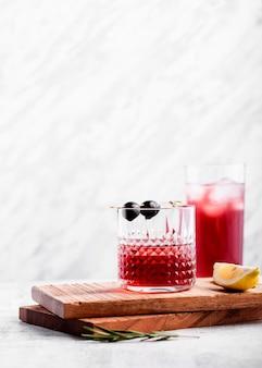 Verres à cocktail rouges copie espace