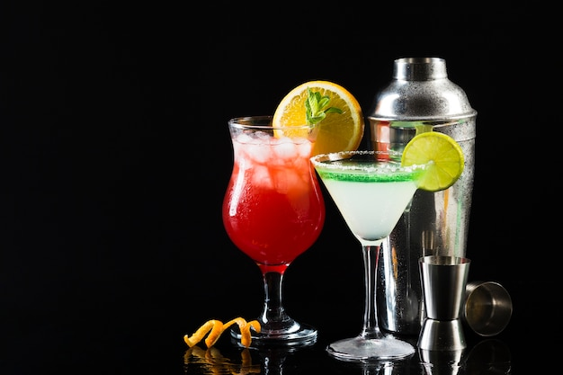 Verres de cocktail avec shaker et copie sapce