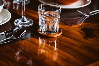 Verres à cocktail vides sur la table.