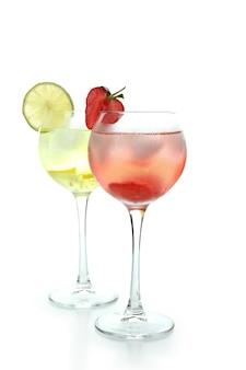 Verres de cocktails d'été frais isolés sur fond blanc