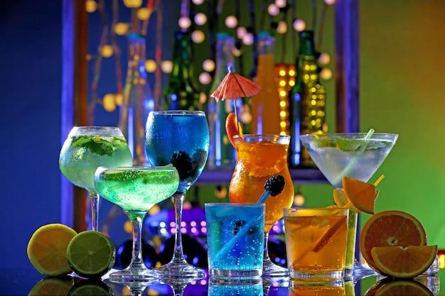 Verres de cocktails sur fond de bar