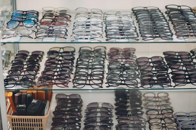 Verres sur le comptoir du magasin d'optique. lunettes de vue lunettes de soleil sur boutique.